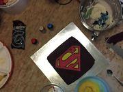 Mira el vídeo gratis de Superman Cake Decorating