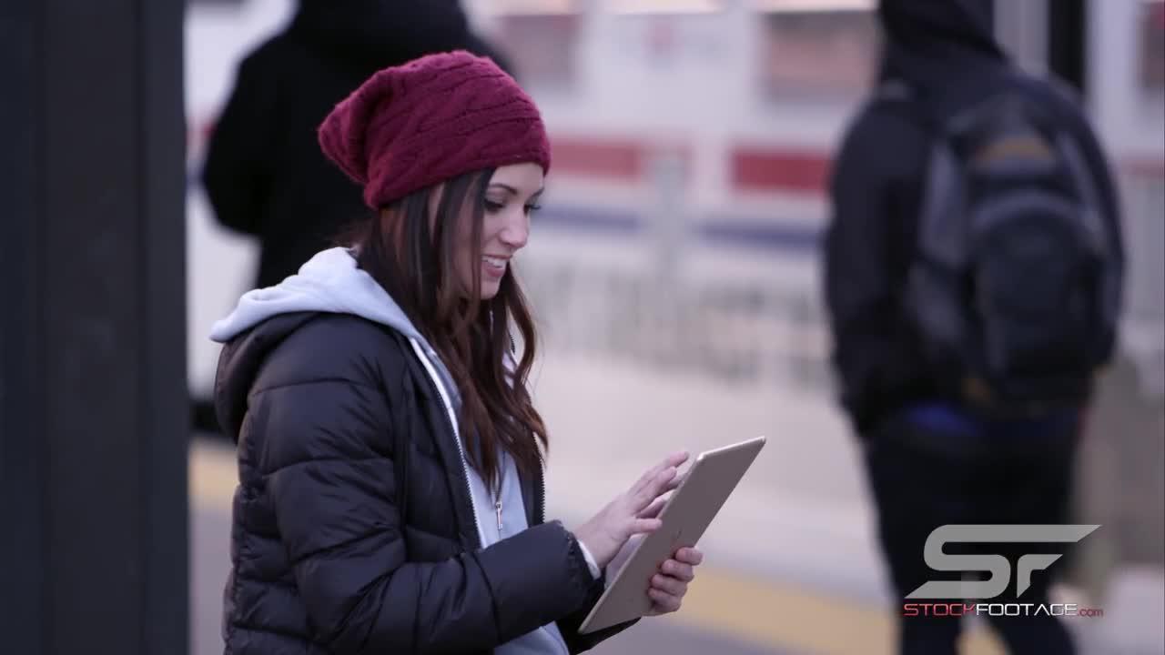 Xem hoạt hình miễn phí Woman Has Interaction with Person Walking By